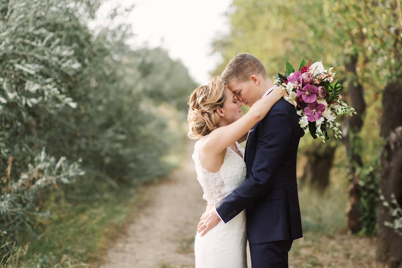 Photo d'un couple très heureux pendant leur séance couple de mariage dans la nature