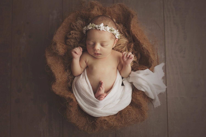 Photo bébé dort paisiblement sur une peau d'ours