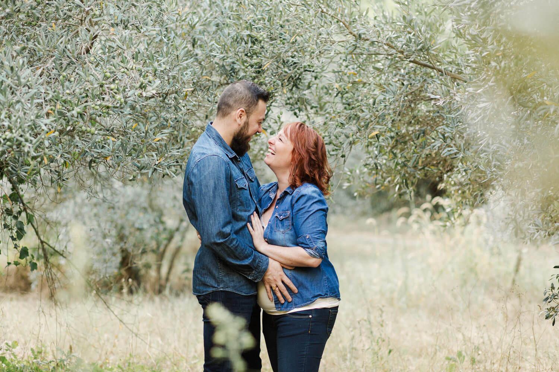 Photo d'un couple de futurs parents qui s'amusent pendant la séance grossesse