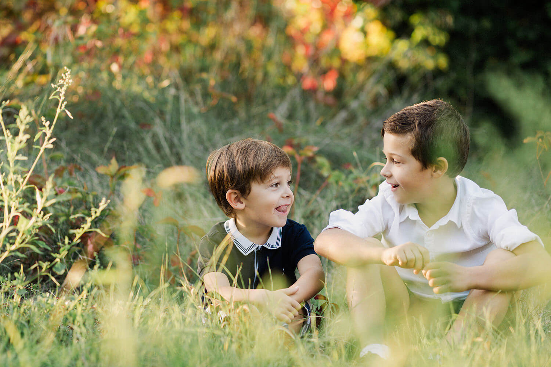 Photo de deux frères qui s'amusent ensemble