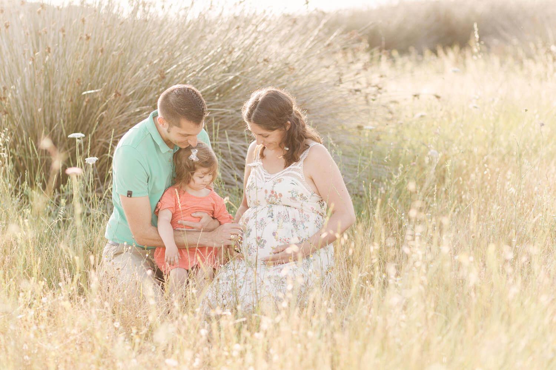 Photo d'une famille assisse dans les hautes herbes