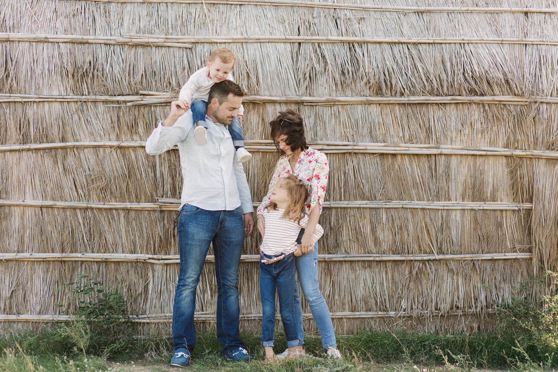 Photo de famille devant une cabane au village de pêcheurs