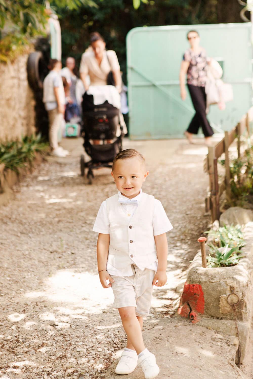 Photo d'un garçon supris en découvrant la fête de baptême