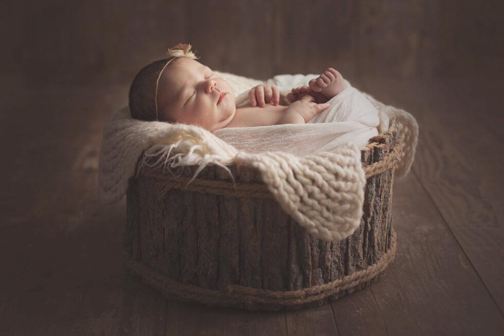 Photo-bebe-dort-paisiblement-pendant-seance-nouveau-ne