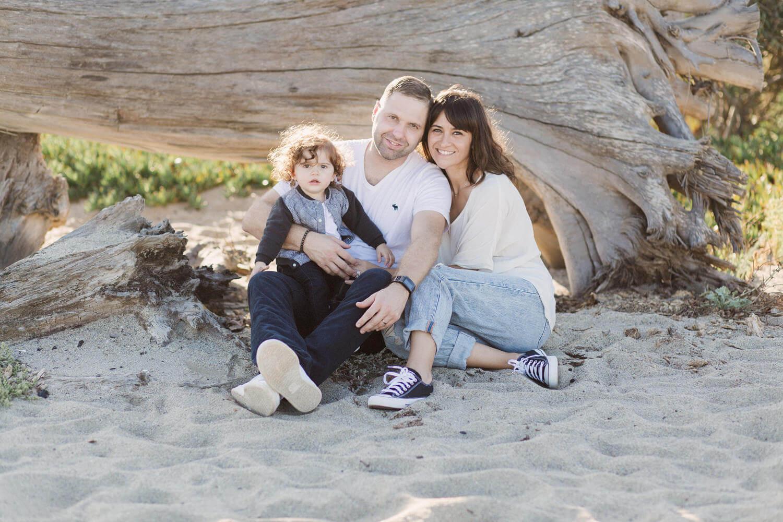 Photo d'une famille heureuse pendant une séance à la plage