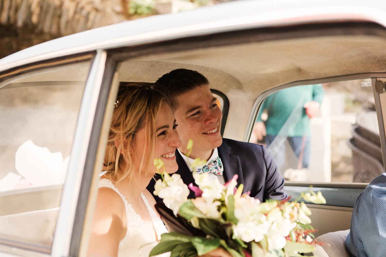 Cliche-couple-de-maries-dans-vieille-voiture