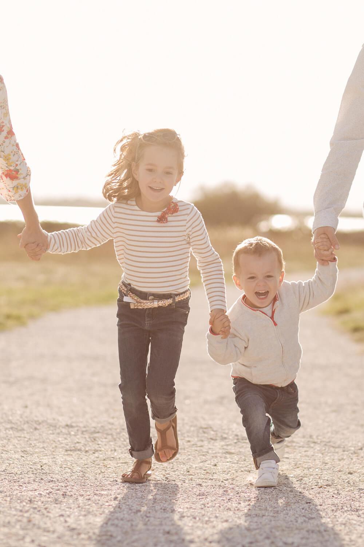 Cliche-garcon-fille-courent-donnant-main-parents