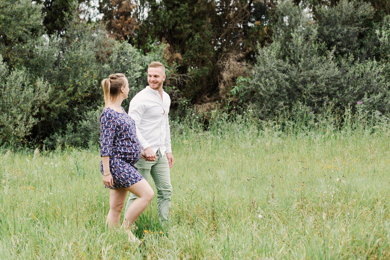 Photo-Femme-enceinte-marche-avec-marie-dans-champs-oliviers