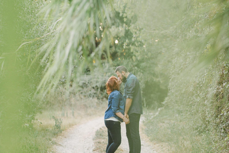 Photo-amoureux-donne-un-bisou-en-cachette-sur-chemin-terre