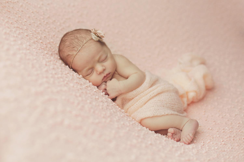 Photo-bebe-sur-drap-rose-avec-bandeau