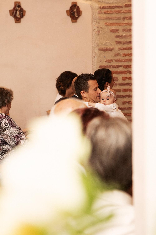 Photo-calin-petit-fille-avec-papa-pendant-ceremonie