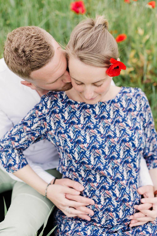 Photo-couple-amoureux-assisse-dans-ambiance-champetre