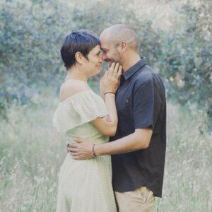 Photo d'un couple dans un champ d''oliviers près de Perpignan