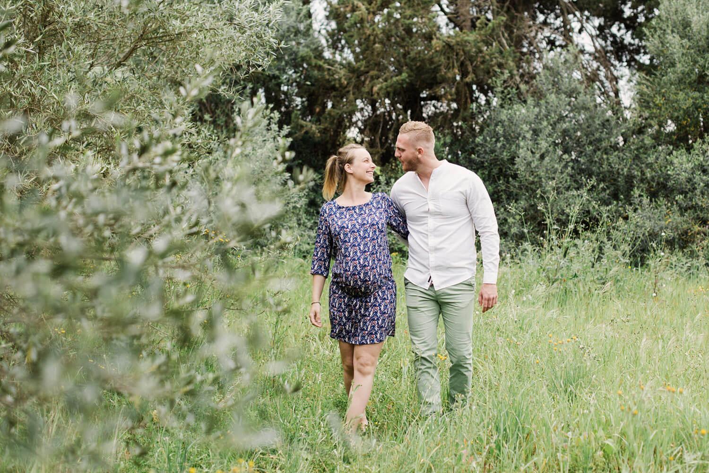 Photo-couple-futurs-parents-heureux-dans-champs-oliviers