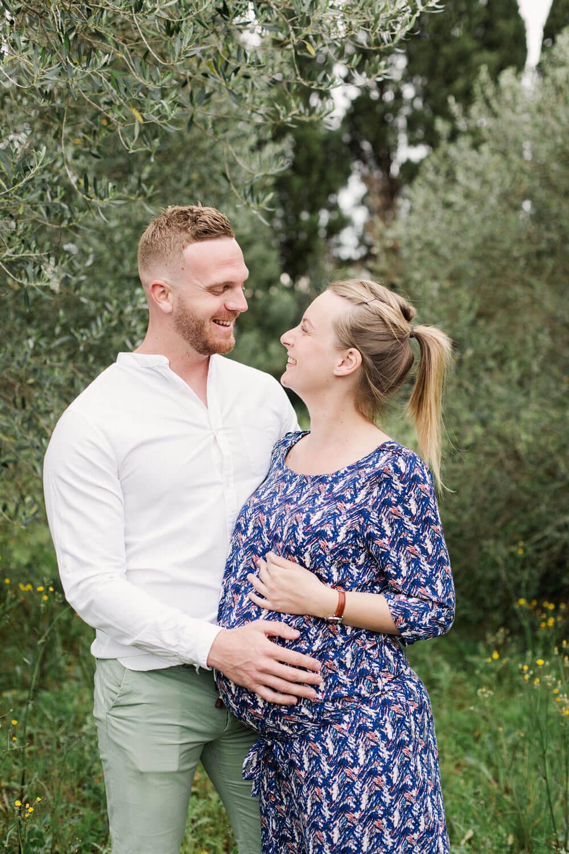 Photo-couple-heureux-avant-naissance-champs-oliviers