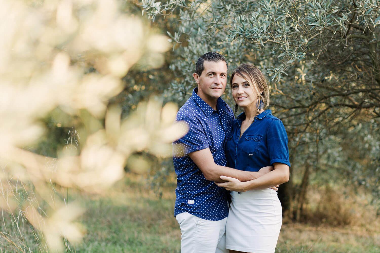 Photo-couple-tient-dans-bras-pleine-nature