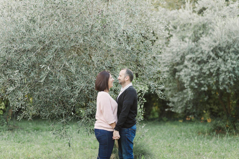 Photo-couple-tient-mains-pleine-nature-pres-perpignan