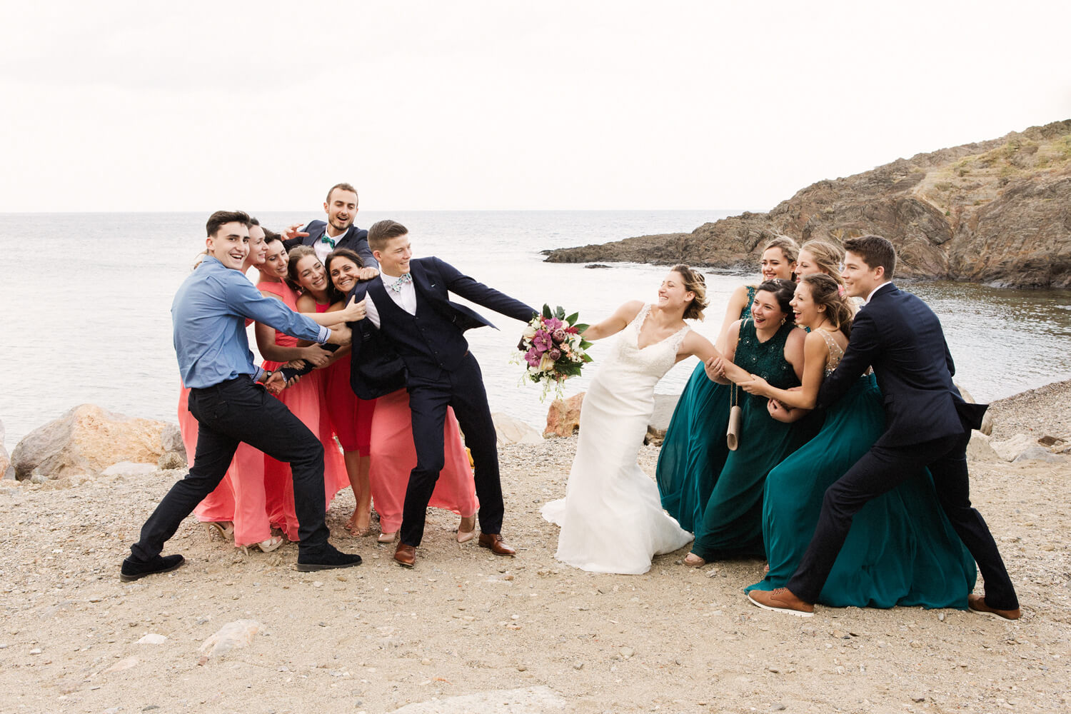 Photo-de-groupe-fun-apres-ceremonie-mariage-collioure
