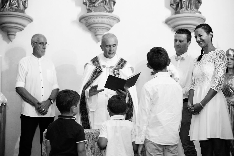Photo-enfants-ecoutent-pretre-pendant-ceremonie