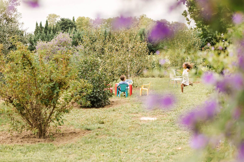 Photo-enfants-jouent-dans-jardin