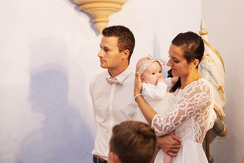 Photo-famille-ecoute-pretre-bapteme