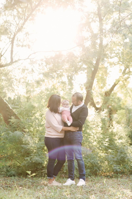 Photo-famille-pleine-nature-sous-beau-soleil