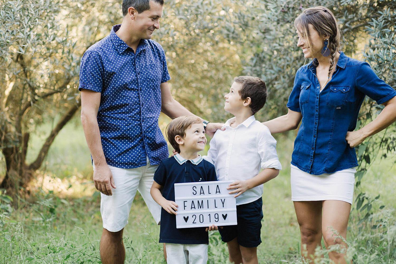 Photo-famille-sourit-seance-pleine-nature