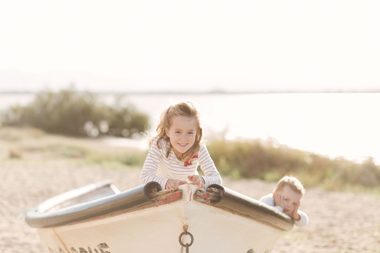 Photo-fille-garcon-jouent-dans-bateau