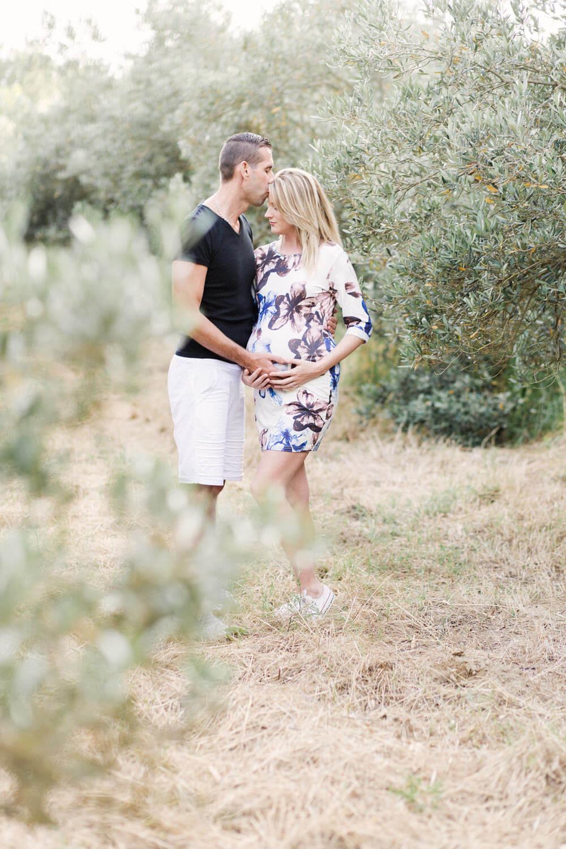Photo-homme-donne-bisou-femme-seance-grossesse