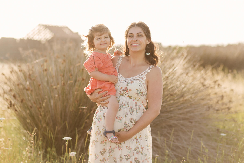 Photo-maman-enceinte-avec-fille-village-de-pecheurs