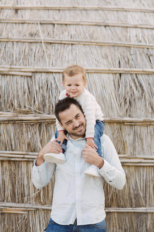 Photo-papa-amuse-avec-fils-village-de-pecheurs
