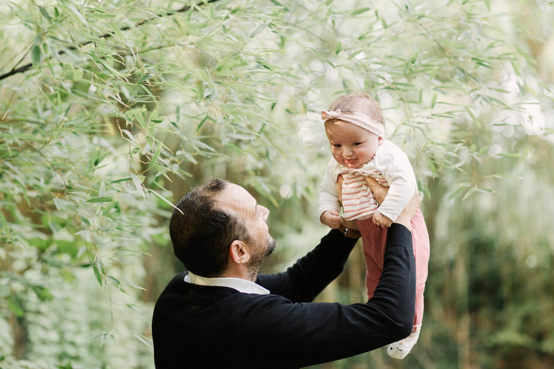 Photo-papa-souleve-fille-heureuse-seance-pres-perpignan