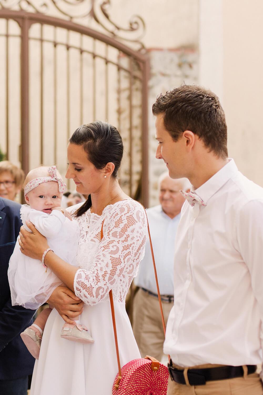 Photo-parents-attendent-debut-ceremonie-eglise