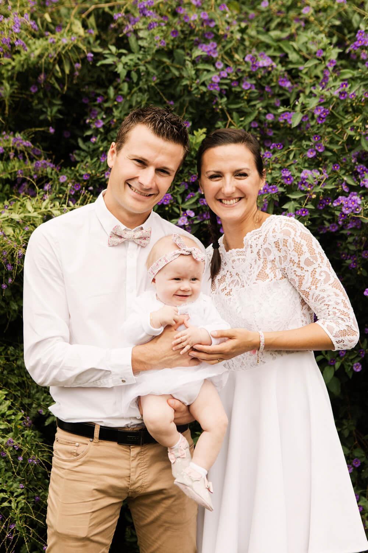 Photo-parents-avec-enfant-baptise-dans-jardin