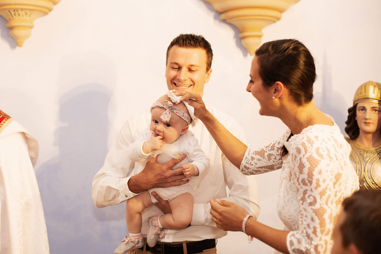 Photo-parents-avec-fille-devant-pretre