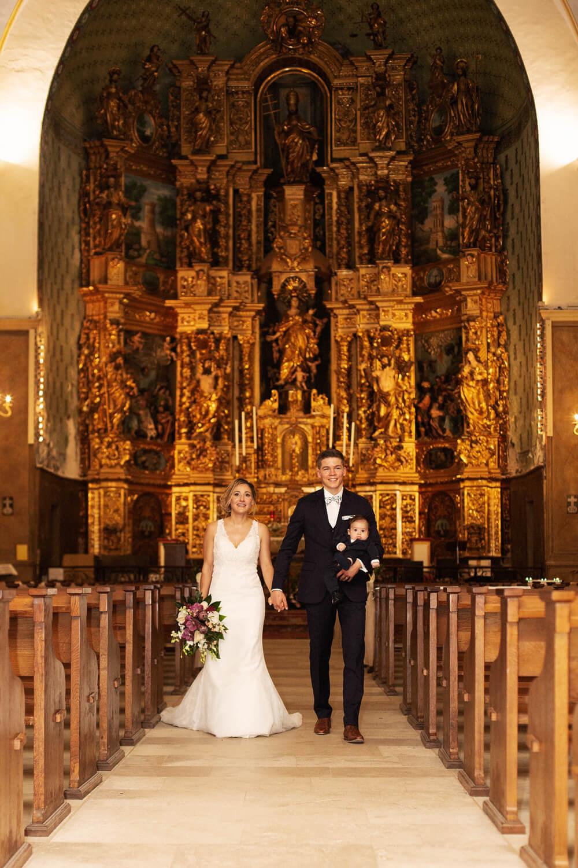 Photo-sortie-mariage-eglise-collioure-avec-enfant
