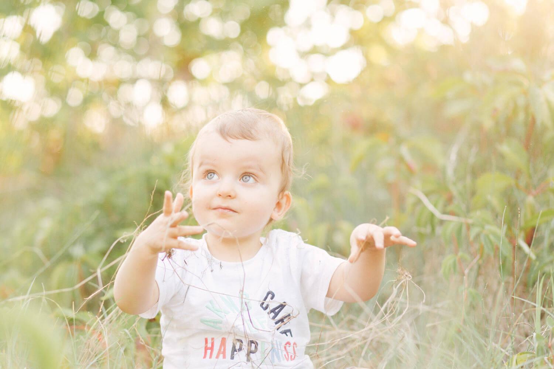 Portait-bebe-sourit-parents-champ-pres-perpignan