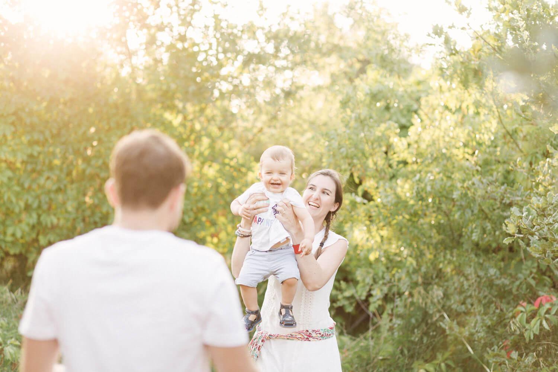 Portrait-bebe-fou-rire-dans-bras-maman