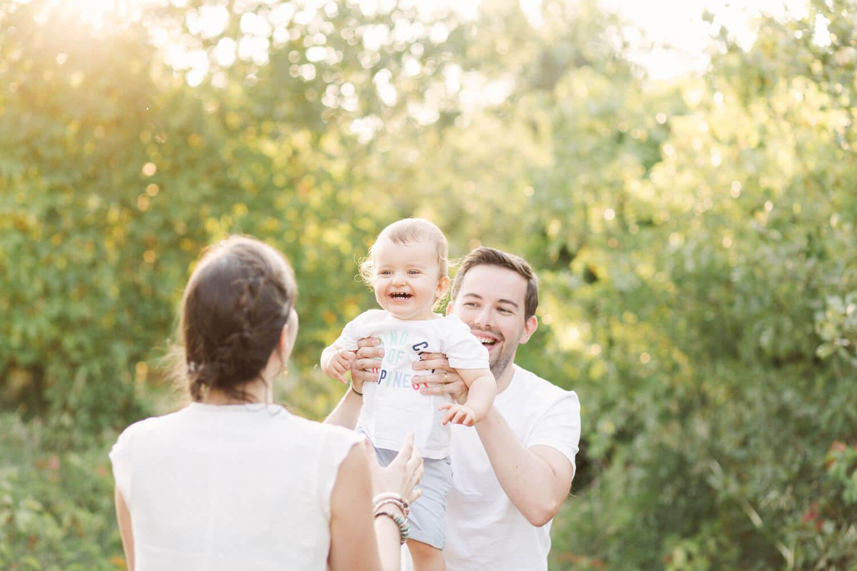 Portrait-bebe-fou-rire-dans-bras-papa