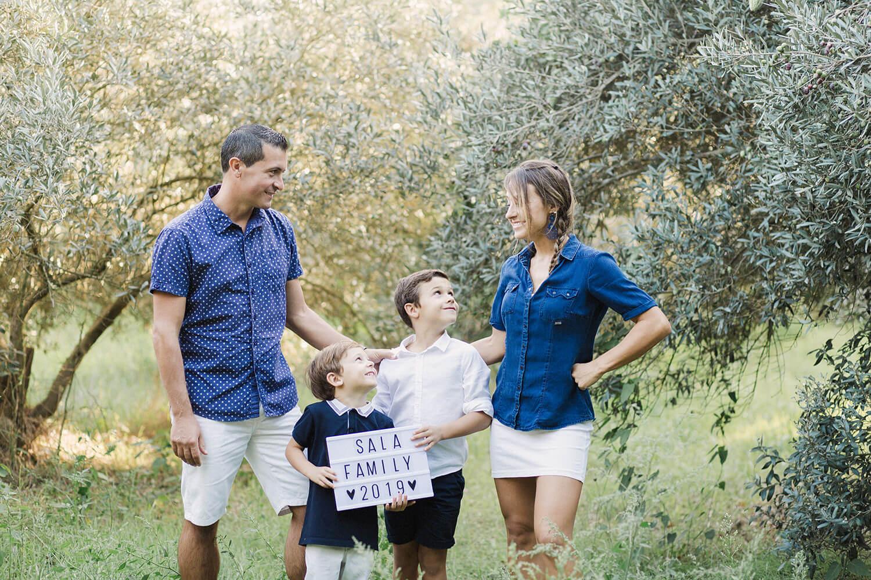 Portrait-famille-heureuse-champ-oliviers-pres-perpignan