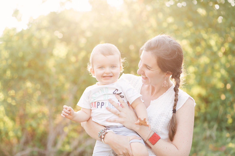Portrait-maman-avec-fils-dans-bras-soleil