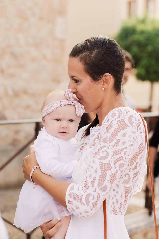 Portrait-maman-fait-bisou-avant-debut-bapteme