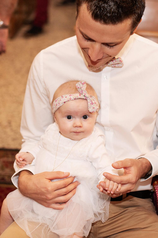 Portrait-papa-fille-heureux-pendant-ceremonie-bapteme