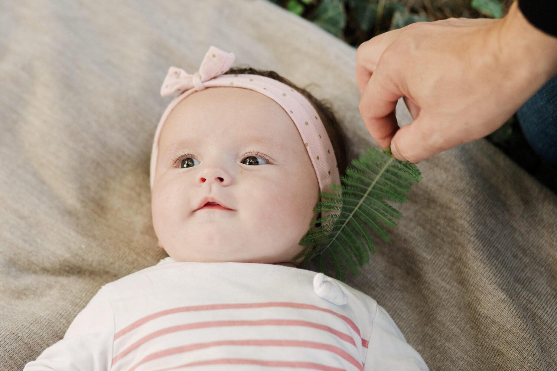 Portrait-petite-fille-allongee-sur-herbe-papa