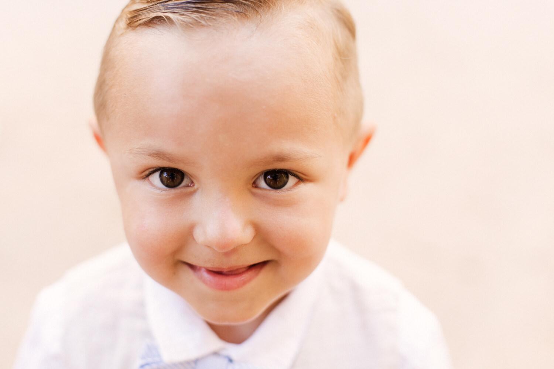 Cliche d'un enfant souriant avant son baptême
